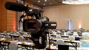 Videokamera und Großbildprojektor